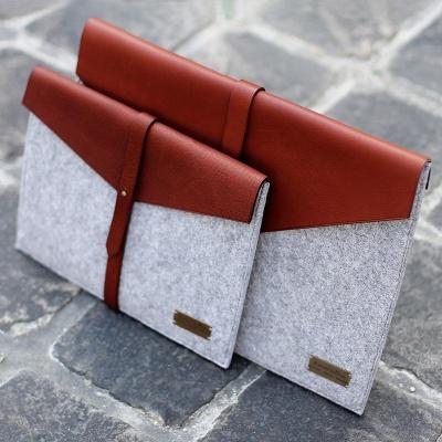 Housse de rangement en cuir et feutre pour tablettes Ipad et Android. Création Marine Jullien Atelier Artisan Maroquinier Paris.