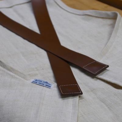 Tablier d'atelier en coton avec anse en cuir.