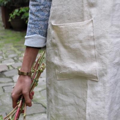 Tablier d'atelier femme en coton avec anse en cuir.